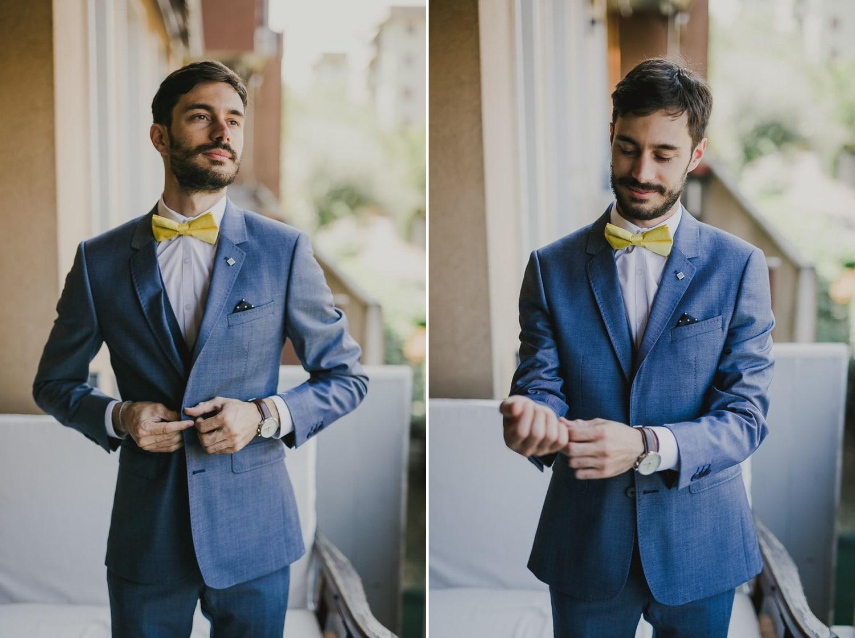 Lo sposo posa per il fotografo di matrimonio a Verona, in casa sua.