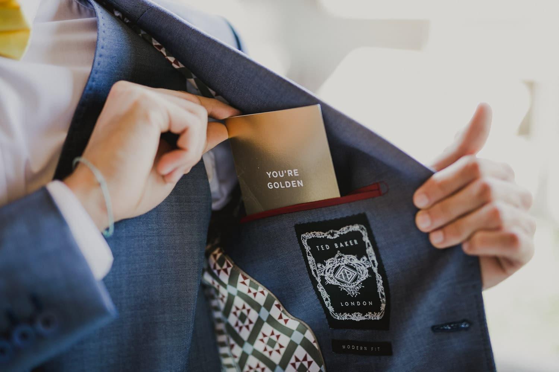 Lo sposo conserva nel taschino della sua giacca blu, un cartoncino con la promessa di matrimonio che leggerà alla sposa.