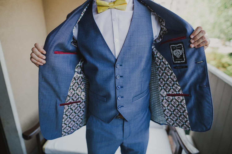 Lo sposo indossa una giacca da matrimonio blu scuro.