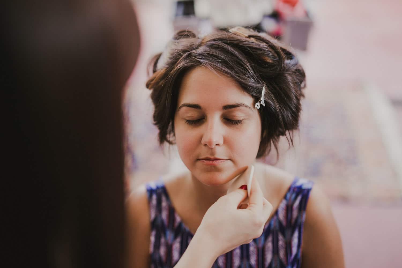 Una fotografia della sposa mentre si trucca, scattata da un fotografo di matrimonio a Verona.