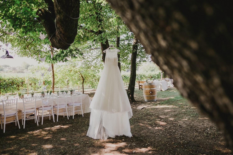 L'abito da sposa è appeso ad un ramo di un albero nel verde del Roccolo del Lago a Lazise.