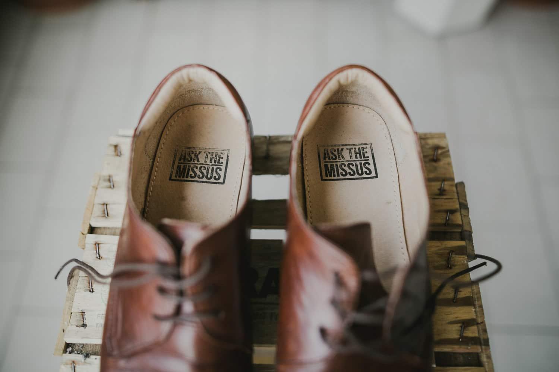Dettaglio della scritta delle scarpe dello sposo.