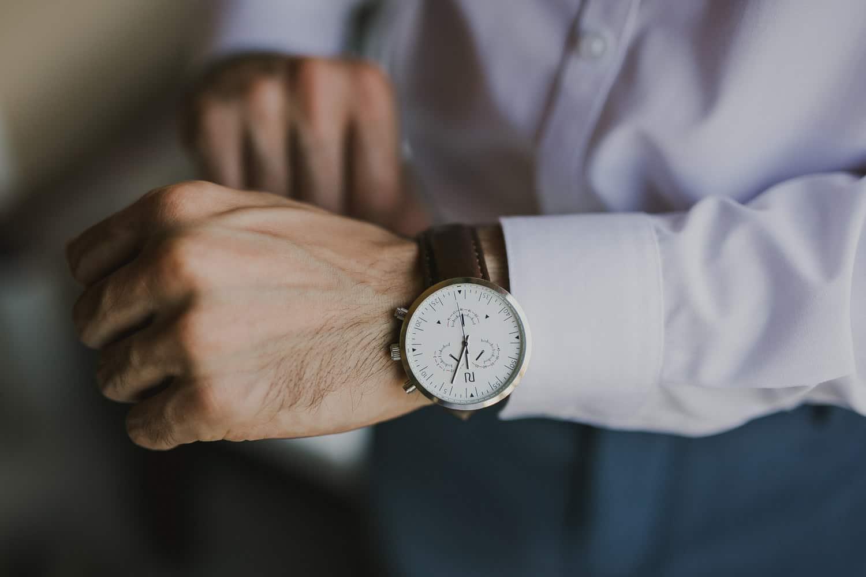 Lo sposo indossa l'orologio per il servizio fotografico di matrimonio a Verona.