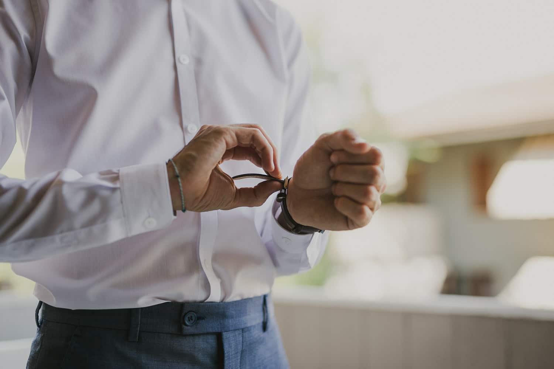 Lo sposo si prepara per il suo matrimonio sul Lago di Garda.