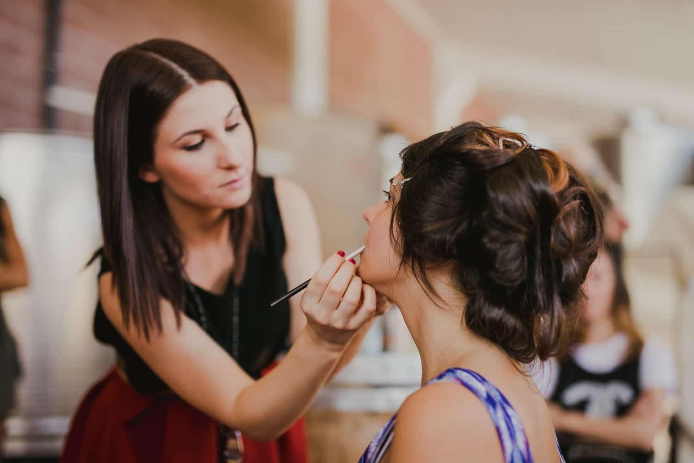 La truccatrice trucca la sposa durante i preparativi del suo matrimonio a Verona.